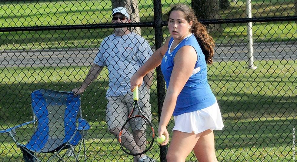 Sarah Bunk playing tennis